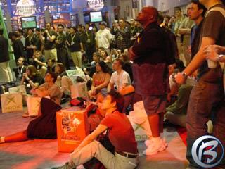 Videoprezentace her na obřích obrazovkách lákaly spousty návštěvníků
