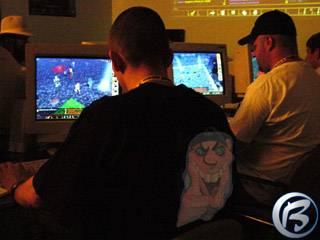 Petr Prošek (vlevo) testuje na stánku BioWare společně s dalšími novináři očekávanou RPG pecku Neverwinter Nights