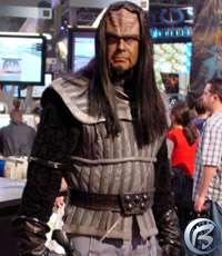 Maskot Star Trek: Elite Force 2 na stánku Activisionu