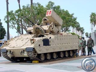 Atrapa tanku před hlavním vchodem na výstaviště