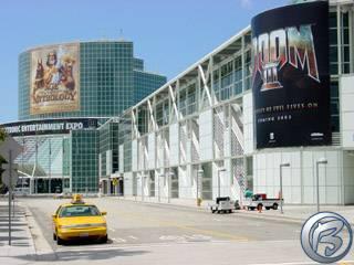 Příjezdová cesta a prosklené prostory LA Convention Center oděné do reklamnách pláten. Již zítra zde bude plno taxíků i lidí