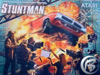 Reklamní plátno na hru Stuntman od Infogrames zavěšené na prosklených zdech výstaviště
