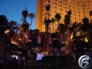 Fotka z noční cesty Las Vegas - pirátské bitvy u hotelu Treasure Island na Las Vegas blvd