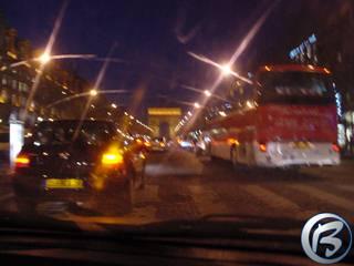 Crazy Taxi In-Real, aneb večerní jízda na letiště pařížským taxíkem. V pozadí je osvícený Vítězný oblouk