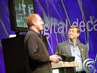 Duchovní otec Xboxu Seamus Blackley (vlevo) předvádí konzoli a hry Billovi Gatesovi