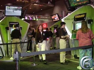 Každý večer po skončení Comdexu se stánek Xboxu zaplnil zaměstnanci Microsoftu, kteří ze propařili dlouhé hodiny