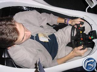 Čočík v kokpitu makety formule při hraní F1 2001
