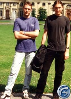 Tom Benčík překvapivě vlevo (je ostříhaný a má taky nové, prý nekřesťansky drahé brýle), vpravo je jeho brácha