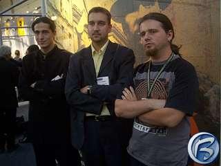 Tomáš Pluhařík, Petr Vochozka a Dan Vávra (zleva) pózují pro fotografy před billboardem Mafie