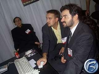 Zmožený Tomáš Pluhařík (vzadu) sleduje, jak Alexandr Silo (vpravo) a Petr Vochozka (uprostřed) připravují Hidden & Dangerous 2 pro prezentaci dalším novinářům