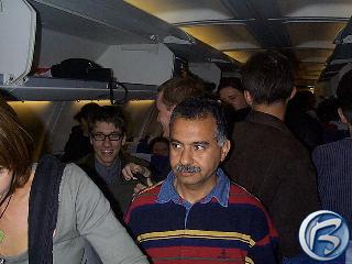 Vysmátý Jarek Kolář z Pterodonu (v brýlích) krátce po přistání v Londýně