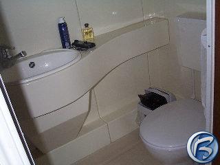 Takhle vypadá záchod a koupelna v kosmické lodi a taky v hotelu, v němž bydlíme