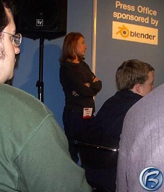 Pracovnice PR oddělení Microsoftu sleduje přednášku svého kolegy