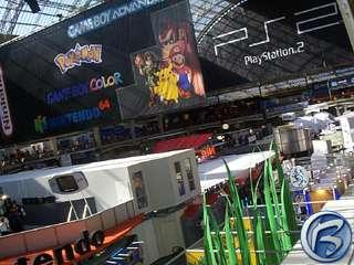 Pohled z galerie na střešní prostory, jimž vévodí transparenty Nintenda a PlayStation 2
