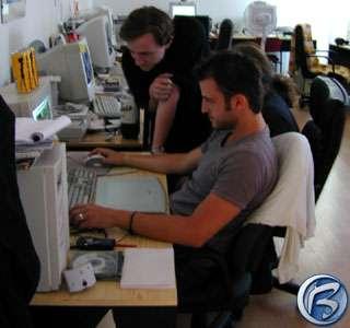 Game designer kontroluje jednoho z grafiků