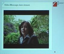 Fotografie na GC prezentovaného video-pozdravu Jane Jensen.