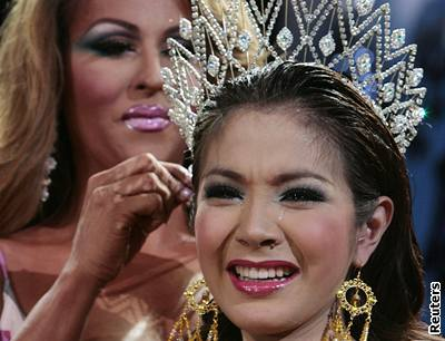 Thajská transsexuální královna krásy Tanyarat Jirapatpakonová přebírá korunku od loňské vítězky soutěže Miss International Queen 2007, Mexičanky Eriky Andrewsové