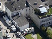 Dům Josefa Fritzla obklopila krátce po zveřejnění případu auta televizních štábů z celého světa