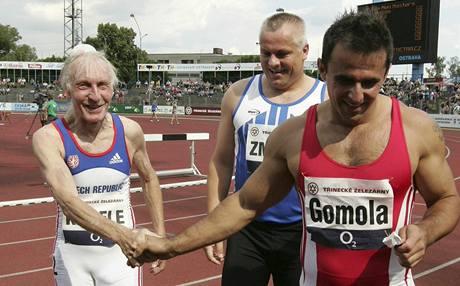 Po doběhu závodu na 100 metrů veteránů. Zprava vítěz Roman Gomola, stříbrný Robert Změlík a Antonín Kábele.
