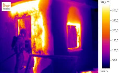 Záběr termovizí na hořící dřevostavbu