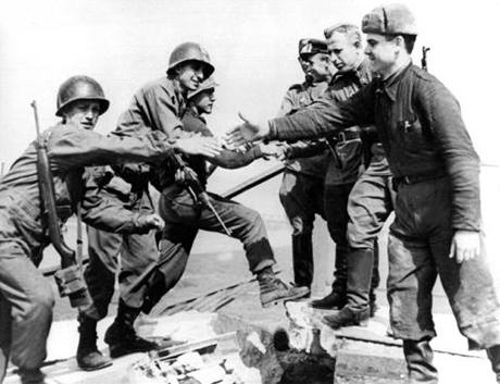 Setkání Američanů (vlevo) s se sovětskými vojáky na Labi  - snímek, který oblétl svět