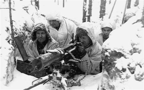 Finští vojáci dokázali splynout se zimním terénem díky bílému maskování, pohybovali se na lyžích, útočili v noci. Na morálku rudoarmějců to mělo ničivý vliv.