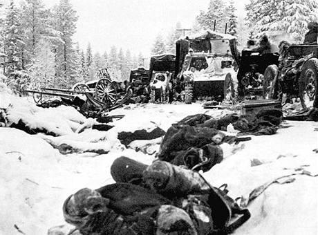 Typický obrázek Zimní války - umrzlí sovětští vojáci a opuštěná technika
