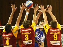 Smečuje Jan Svoboda z Kladna, blokují ho liberečtí volejbalisté Pešl, Čermák a Vencovský (zleva)