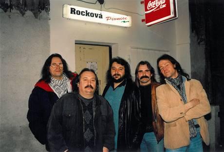 Skupina Proměny v roce 1995, zleva Franta Larry Krofta, Míra Dědek Zábranský, Víťa Zábranský, Honza Haško a Karel Hrabák.