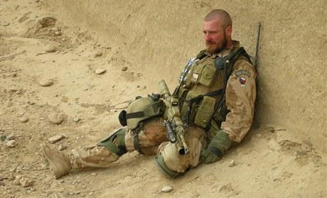Odpočinek v poušti v afgnánském Hílmandu. Miroslav Lidinský jako člen speciální jednotky SOG