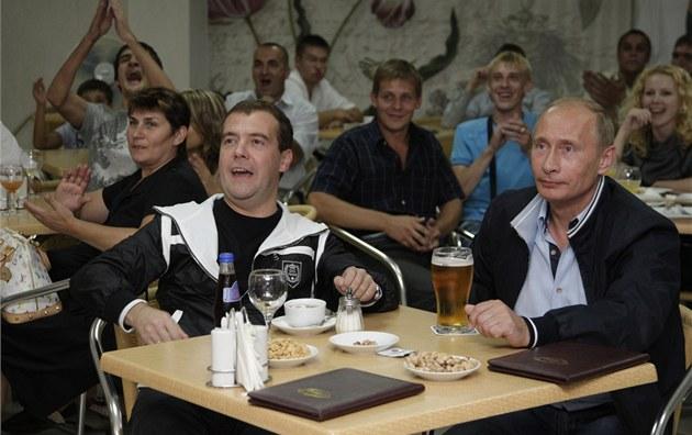 Na pivo si spolu občas zajde i ruský premiér Vladimir Putin (vpravo) s šéfem Kremlu Dmitrijem Medveděvem