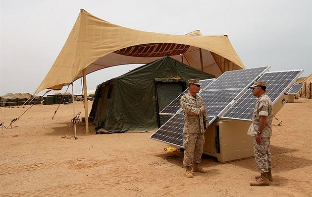 Čistá válka. Dvě nové vojenské pomůcky na výrobu elektřiny ze Slunce. V pozadí je nad stanem zavěšená plachta se solárním panelem, vpředu generátor s FV panely a baterií