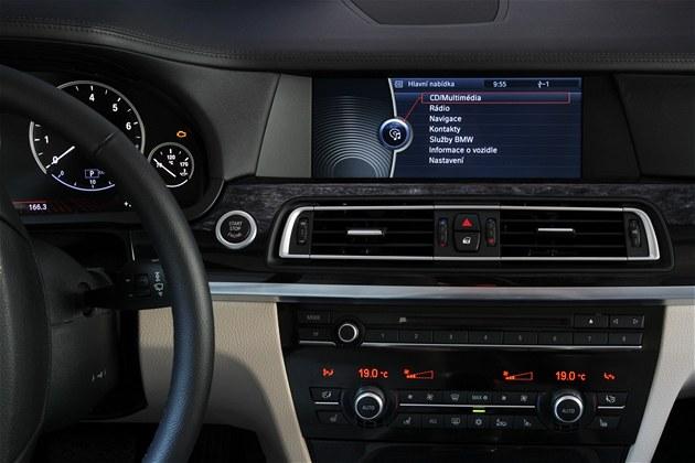 Češi chtějí v autech češtinu i v roce 2013