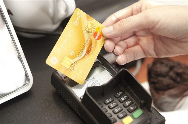 V případě ztráty karty okamžitě informujte banku a kartu zablokujte. Blokaci...